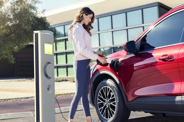 Ford озвучил цены на плагин-гибридный кроссовер Escape PHEV 2020
