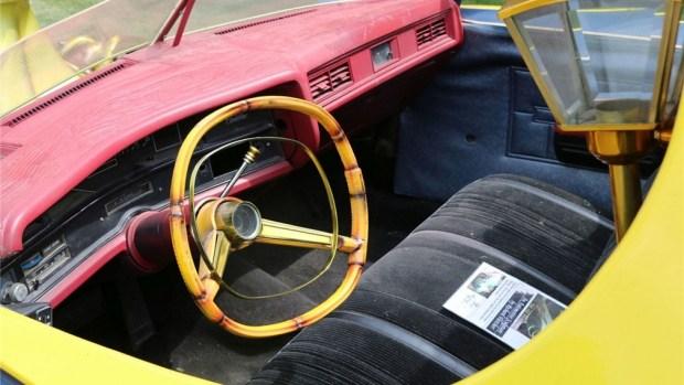 Необычный катафалк Cadillac с шестью колесами выставили на продажу