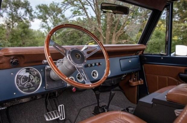 Построен ретро-Bronco с современным мотором V8