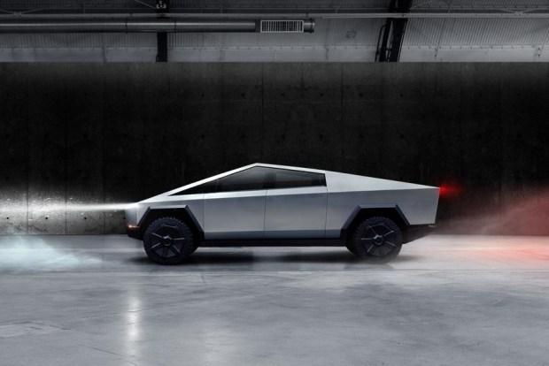 Реплика электропикапа Tesla Cybertruck посоревновалась в перетягивании каната с Ford F-150