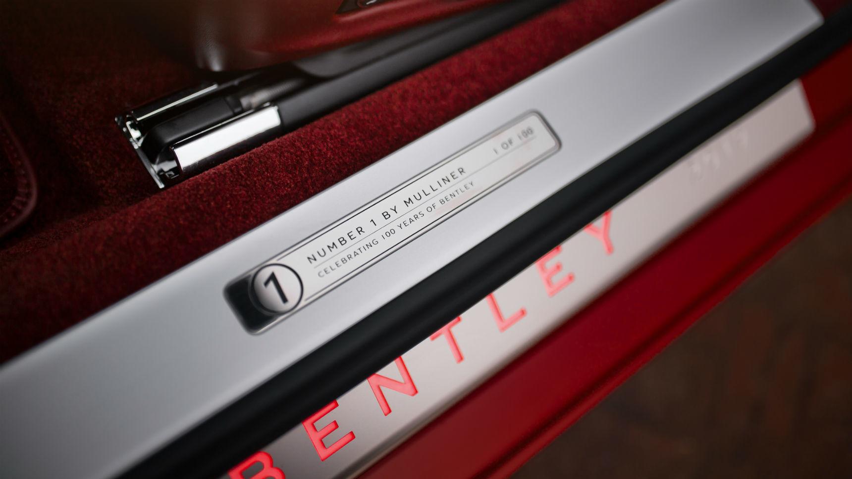 Кабриолет Bentley с отделкой золотом появился в Москве