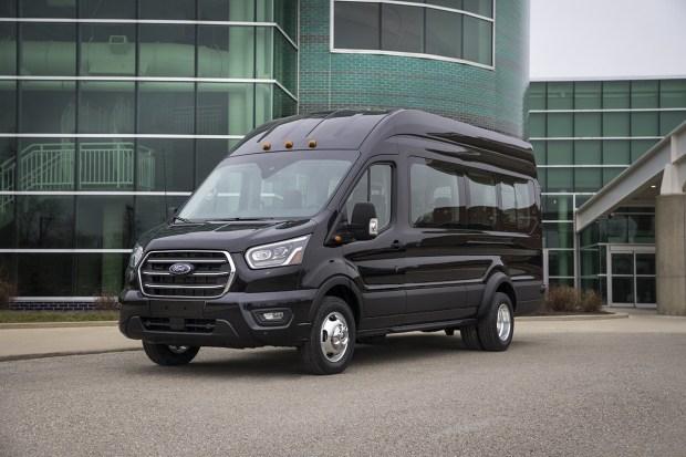 Ford поделилась тизером электрического Transit