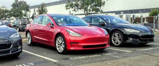 «Умные» Tesla: электрокары облегчат жизнь с парковкой