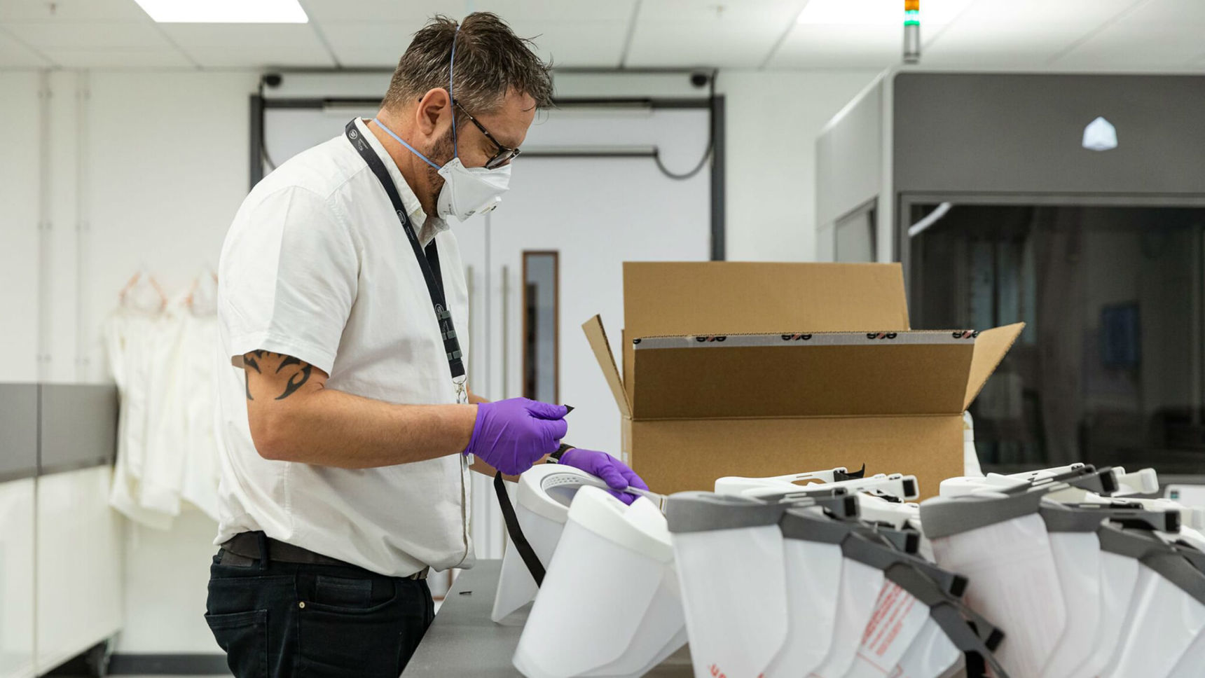 Jaguar Land Rover начал выпуск щитков для медиков