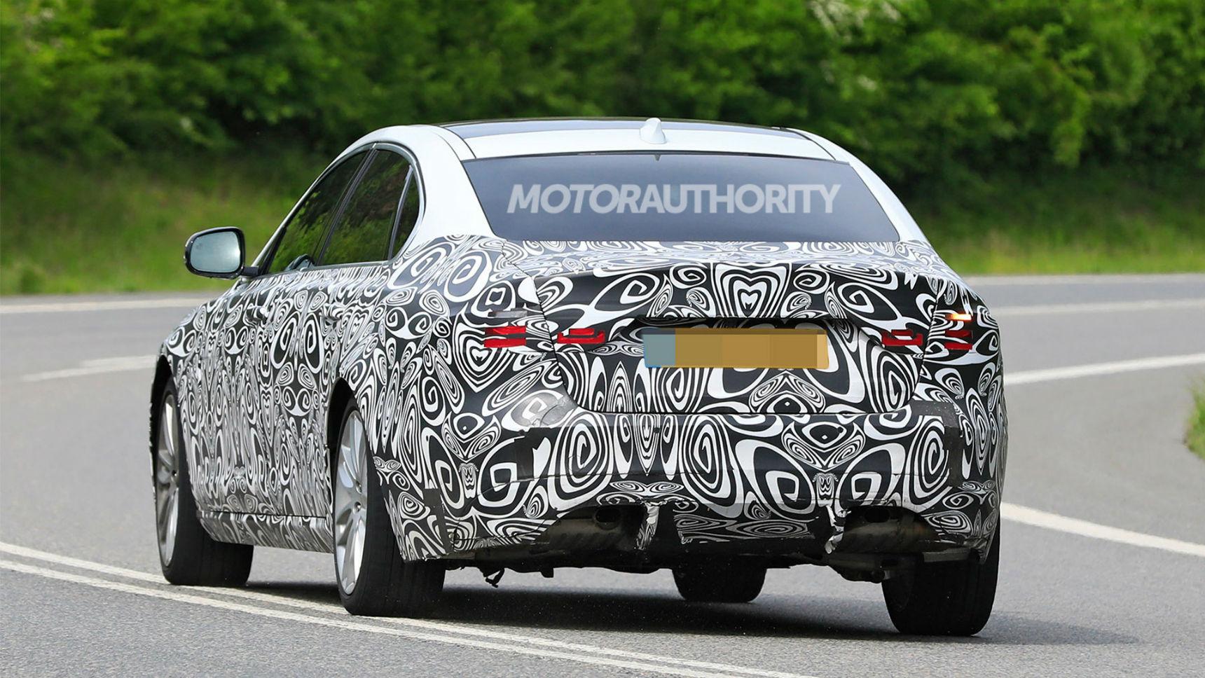 Шпионские фотографии обновленного Jaguar XF