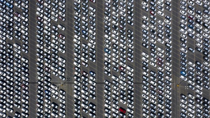 Тысячи Тойот заполонили стадион