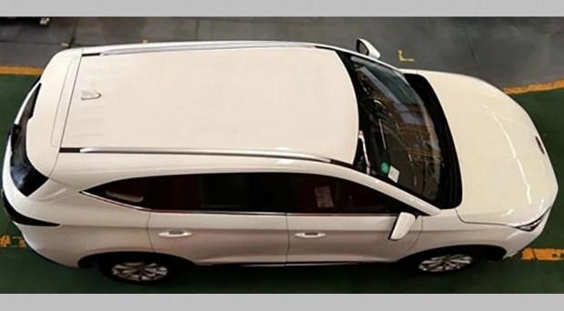 Первые «живые» фото X8: трехрядный салон и мотор от младшего SUV (но мощнее)