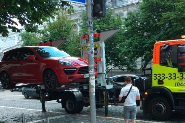 Правила одни для всех: в столице активно эвакуируют элитные авто