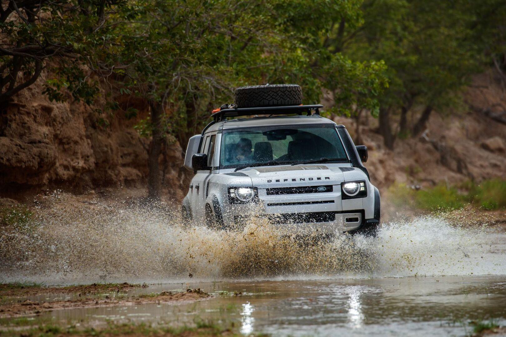 Land Rover объявила цены и комплектации на Defender в России