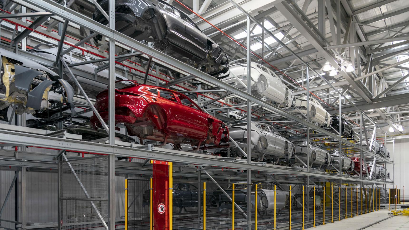 Первый DBX сошел с конвейера завода Aston Martin
