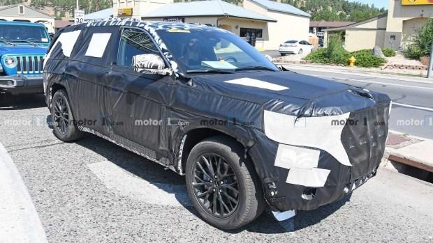Фотошпионы заглянули внутрь новейшего Jeep Grand Cherokee