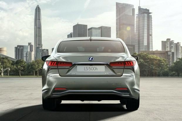 У Lexus обновился гибридный флагман LS 500h