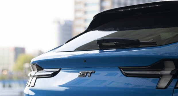 Ford против Tesla: разгонная динамика