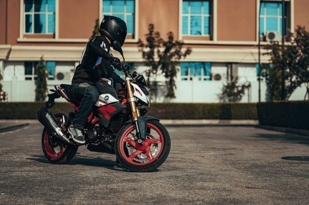 Обновленный мотоцикл BMW G310R (видео)