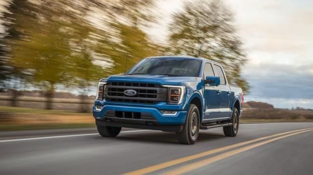 Ford доробатывает новый F-150 на парковке