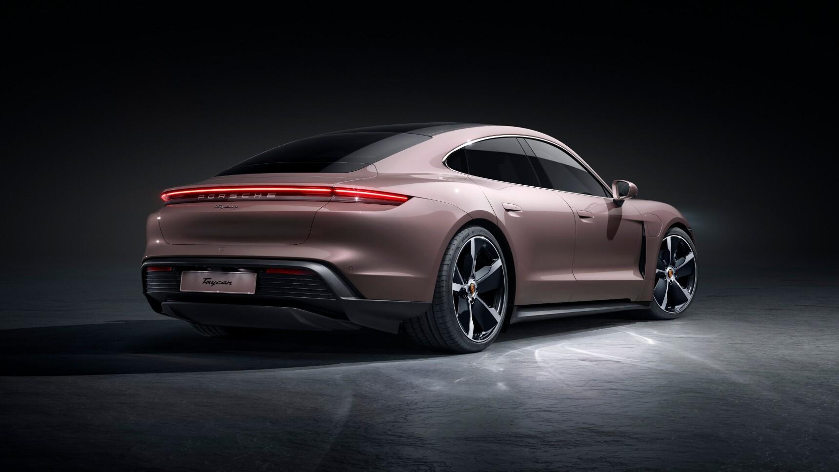 Названы российские цены на самый доступный Porsche Taycan