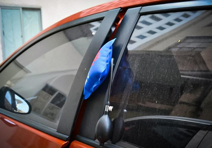 Как открыть двери и капот автомобиля, если разрядился аккумулятор