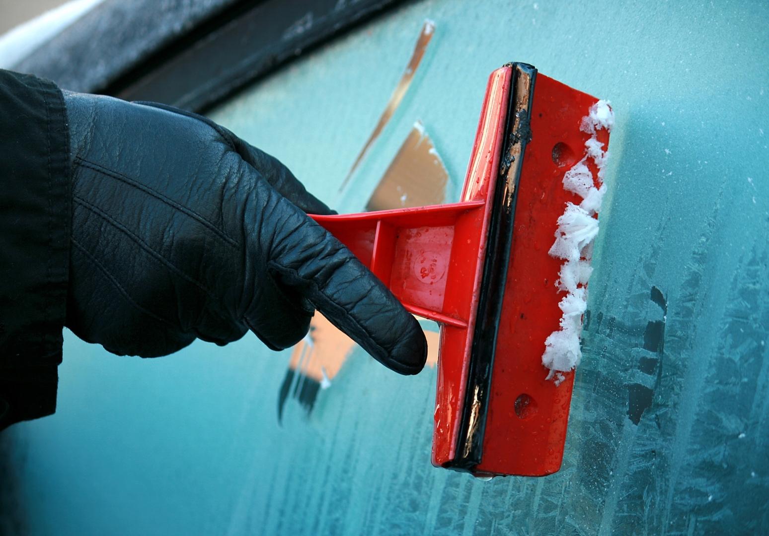 Как просто и быстро очистить стёкла машины ото льда