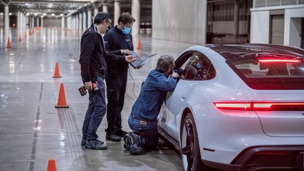 Рекорд Porsche Taycan: электрокар разогнался аж до 165 км/ч