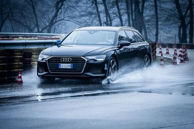 Audi кинула вызов аквапланированию!
