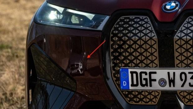 BMW на официальных фото iX прорекламировала Mercedes?