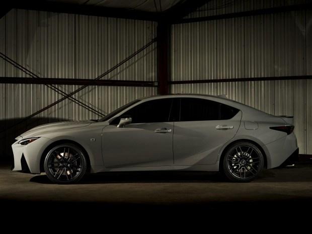 На память: Lexus выпустит спецверсию IS с атмосферным V8