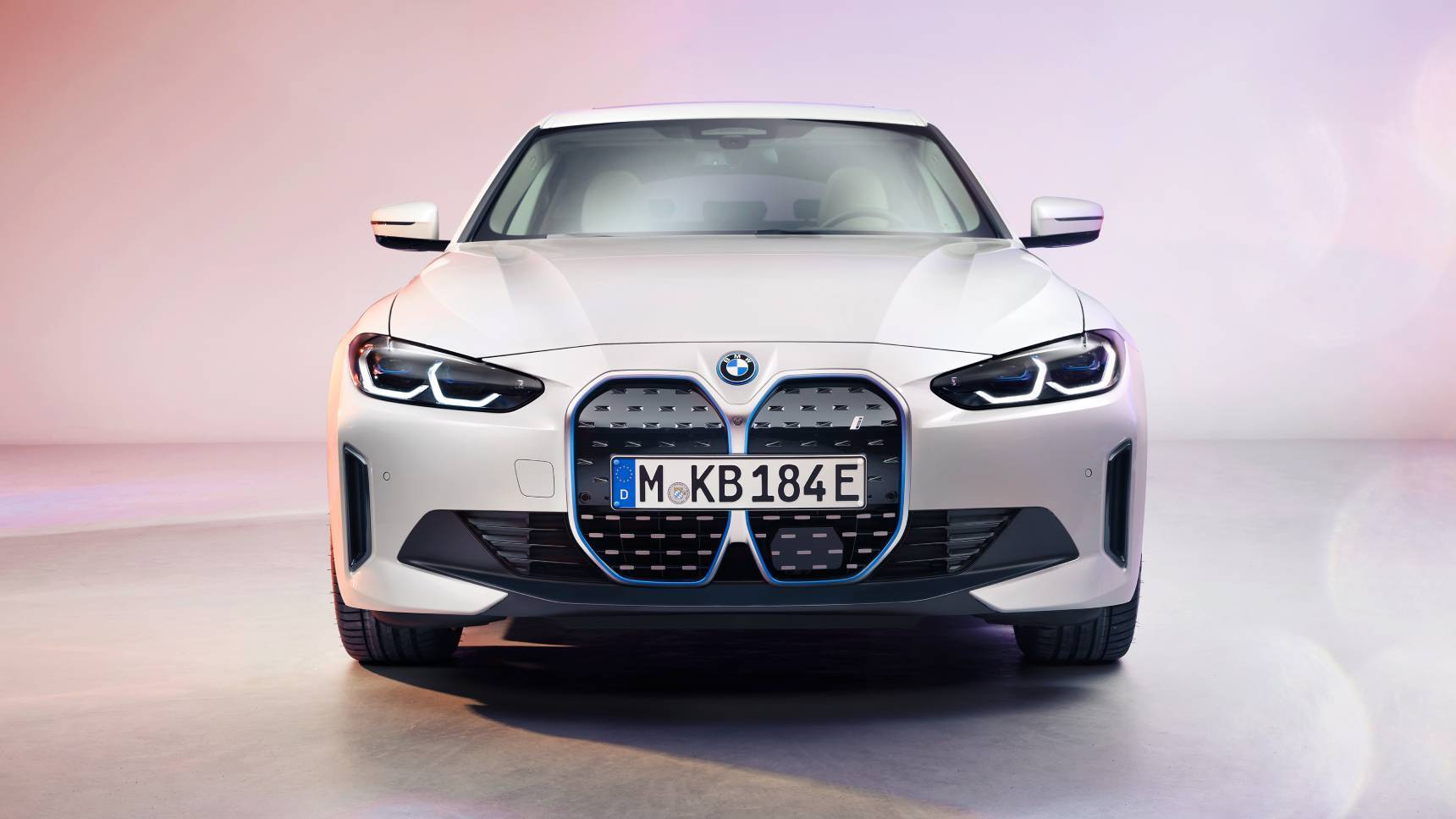 BMW показал новый электрический спорт-седан с большим «грилем»