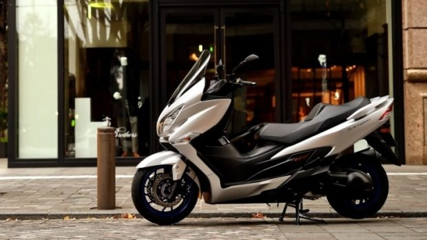 Скутер Suzuki Burgman 400 2021: обновления мотора и электроники