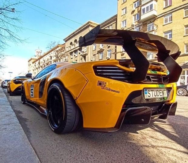 Пришла весна: в Киеве на парковке засняли два ярких суперкара McLaren