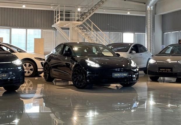 Оновлена Tesla Model 3 2021: вже в Україні