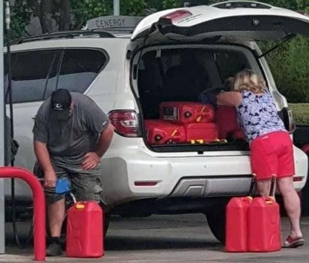 Правительство США призвало американцев не набирать бензин в пакеты