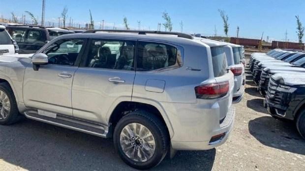 Готовые к продаже Toyota Land Cruiser 300 засняли на фото