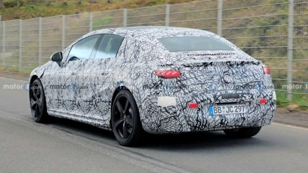 Mercedes-AMG EQE выкатили на дороги