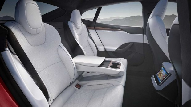 Tesla Model S Plaid официально обновила рекорд в заезде на четверть мили