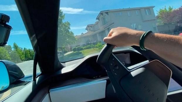 Новое рулевое колесо Tesla Model S Plaid оказался неудобным при вождении