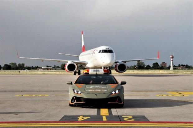 «Бычий эскорт»: суперкар Lamborghini стал автомобилем сопровождения самолетов