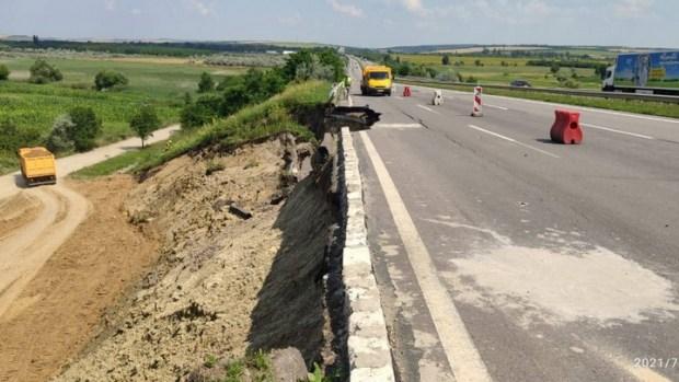 На одесской трассе произошел оползень: движение частично ограничено