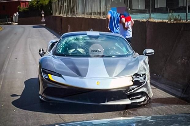 Бывает... Быстрейший Ferrari разбили о бетонный забор