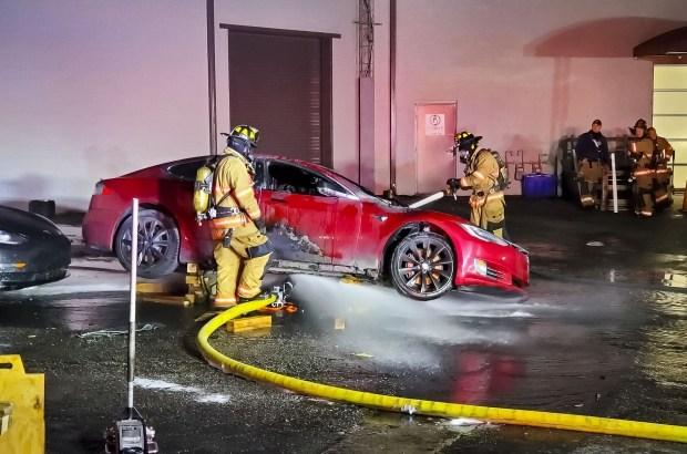 Tesla Model S сгорела прямо в сервисе